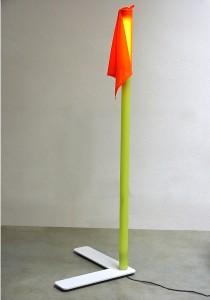 """Eckfahnenlampe """"ekke"""" mit flexiblem Knicksockel und echten Stollen für 1A Rasenfeeling zum Einsatz in Stadien, Messen oder dem privaten Wohnzimmer bei echten Fussballfans"""