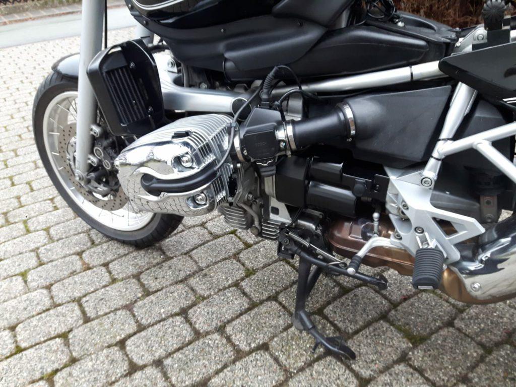 BMW R850 Starterverkleidung und Ölkühler fertig eingebaut